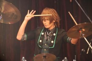 新宿ReNYの会場が騒ぐ観客たちの熱気で大揺れ!! ベルが、活動一周年を祝したワンマンライブに描いた熱狂渦巻いたサスペンスな歌謡劇!!