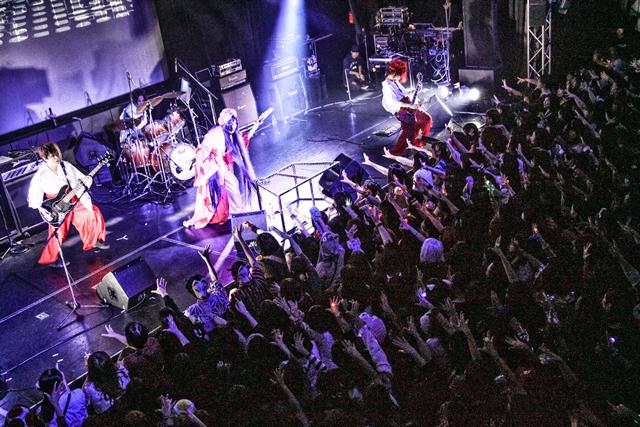 千聖(Crack6/PENICILLIN)主催によるイベント「Crazy Monsters」、今年もHALLOWEEN PARTYを開催!!  ドロロンえん魔くんに、かぐや姫、氣志團やルパン三世などなど、ヴィジュアル系バンドマンたちが仮装してHALLOWEEN PARTYで大騒ぎ!!そのクオリティの高さに、満員の観客たちも大熱狂!!