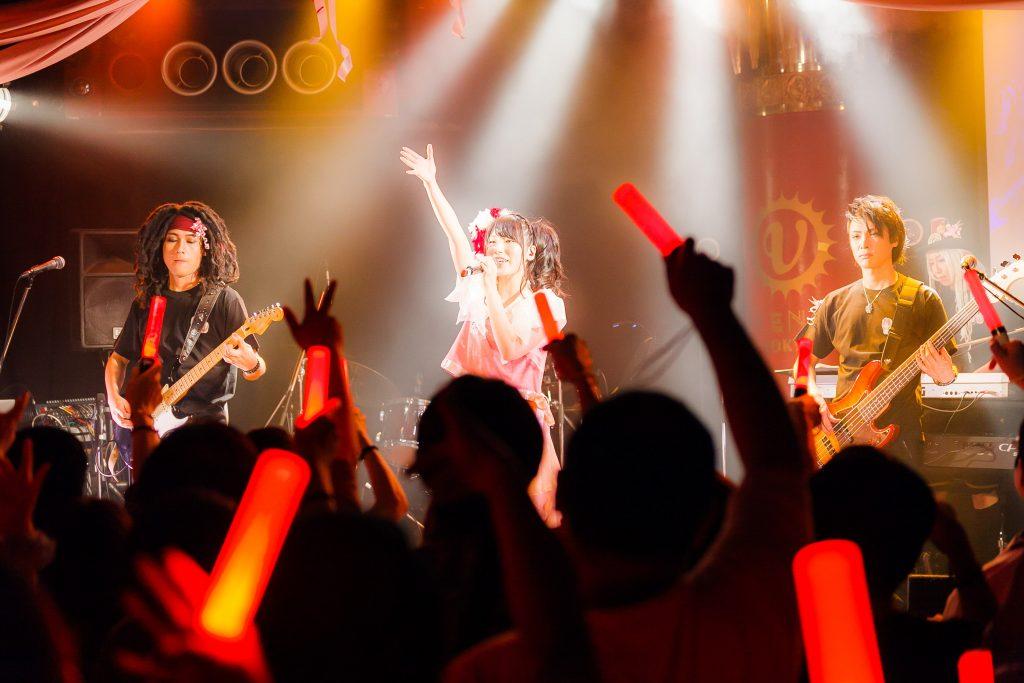 アニソンシンガーかなでももこ、バースデーワンマンの舞台上で「KING SUPER LIVE 2015」演目を数多くカバー!!。客席をゴムボートに乗って練り歩くパフォーマンスも!!|Myuu♪