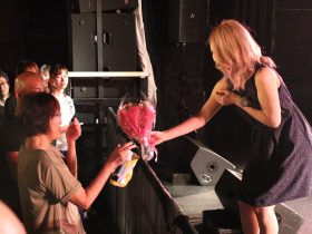アーイアイ、アイルさんだよー!!。CANDY GO!GO!の菜月アイルが、満員の観客たちを前に生誕公演を実施。両親への感謝の花束贈呈で場内中が感動に包まれ、涙零れる場面も…。|Myuu♪
